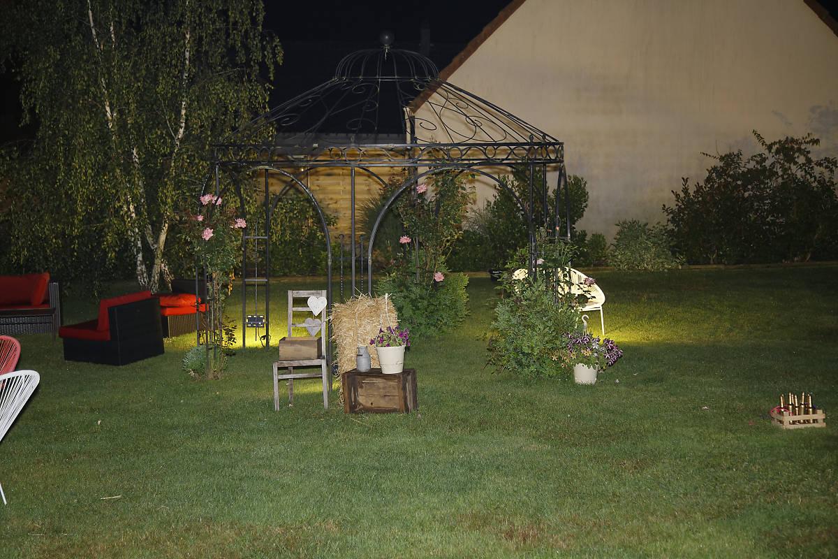 Jardin clos avec éclairage de nuit